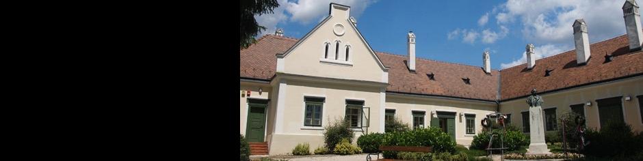 <div><h3>Kehidakustány</h3><p><strong>Deák kúria</strong> - Kehida legismertebb műemléke a Deák-kúria, amely a község északnyugati részén elterülő kis dombon helyezkedik el. A kúriát még az 1740-es években kezdte el építeni Deák Ferenc anyai dédnagyapja.</p></div>